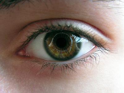 کرم سفید کننده دور چشم